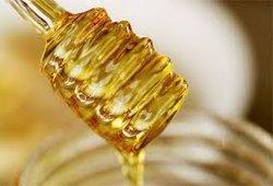 白く甘い自然で、純粋なアカシアの蜂蜜の新しい穀物