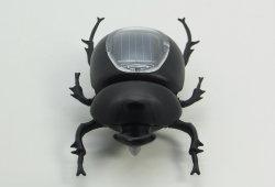 L'énergie solaire jouet d'insectes coléoptères de secouer l'enseignement du dendroctone du dendroctone du gadget noir