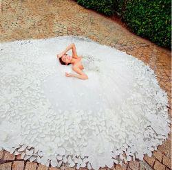2020新式の工場価格の花の花弁のウェディングドレスの花嫁のガウン
