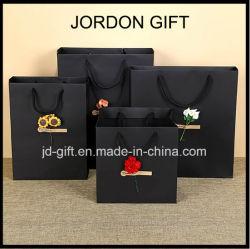 Faible coût fait personnalisés imprimés de haute qualité du papier de luxe Noir mat un sac de shopping avec fleur sèche