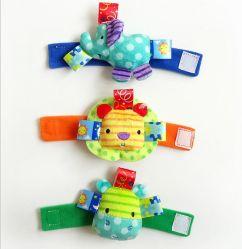 El bebé el traqueteo de la muñeca de felpa suave mano del desarrollo de la muñequera de Caterpillar campana juguete para niños lactantes