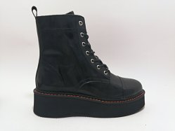 السيدات الواصلات الجدد ينعفن في العجة البيضاء السوداء قم بإبزيم أحذية الكعب المسطّحة على حلقة الربط
