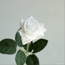 Planta de flor rosa artificial na plantadeira de cerâmica para decoração de interiores