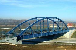 Puente de arco de la estructura de acero con diseño moderno