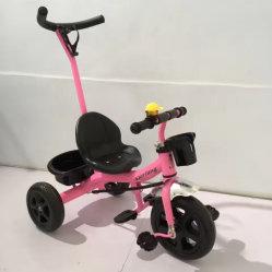 Giro del triciclo del bambino sulla bici del carraio del motorino tre dei giocattoli