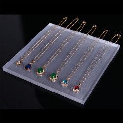 L'orecchino acrilico fissa la cremagliera del banco di mostra dei monili della casella di memoria