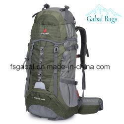 たくわえ前方に屋外のハイキング山旅行はバックパック袋を遊ばす