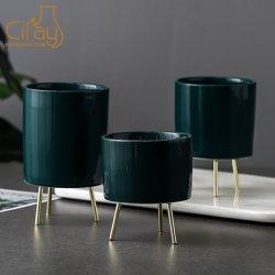 Cilindro verde escuro da plantadeira em cerâmica com suporte de ferro