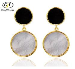 真珠色のイヤリングのシェルの自然な真珠の中心の方法宝石類
