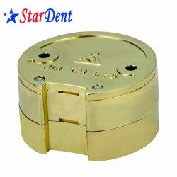 Uma placa dourada de metal dental em liga de cobre