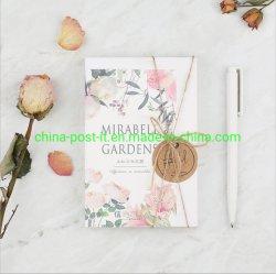 Mirablle arbeitet Papiergruß-Postkarte im Garten