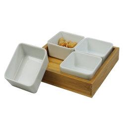 간식과 조미료용 칸막이그릇과 대나무 트레이