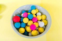 Giocattolo variopinto della sfera di rimbalzo dei capretti del gioco da bambini, sfera su di rimbalzo