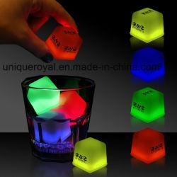 Glühen leuchtet den Eis-Würfeln, die im Tellersegment von 24 Stücken gepackt werden