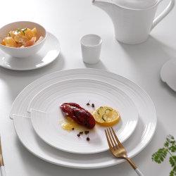 عشاء بورسلين بتصميم جديد يضع أطباق مستديرة لحفلات الزفاف و الولائم