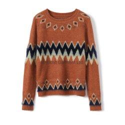 女性は毛皮のジャカードプルオーバーのセーターを編んだ