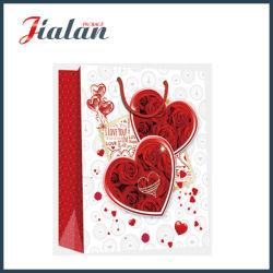バレンタインデーの赤い中心のデザインによって印刷される買物をするギフトの紙袋