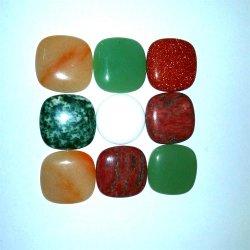 カボション風に石造りの宝石類をセットする半宝石の方法正方形