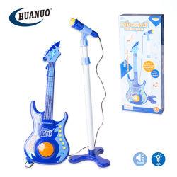 Neues Plastikspiel-Musikinstrument-Spielzeug-Minigitarre mit Mikrofon