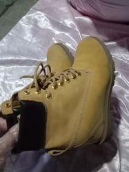 使用された靴 - 普及した人の革冬のハイキングの靴