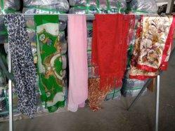 실크 스카프는 의류 형식 스카프에 의하여 사용된 옷을 사용했다