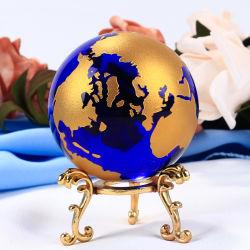 Blaue globale Kristallkugel mit Kugel-Stich