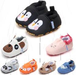 かわいい漫画の新生の赤ん坊靴の子供の靴