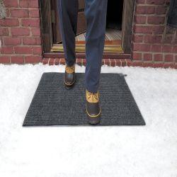 La fonte de neige en plein air de la chaussée de la route des tapis de chaleur