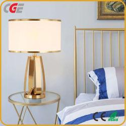 ベッドサイドにはモダンでシンプルなクリエイティブなメタルデスクランプクロスが置かれている ランプモデルルームデコレーションヴィラリビングルームランプホテルテーブル ランプ