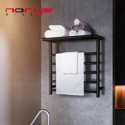 棚のマットの黒と壁に取り付けられた浴室のアクセサリタオルのウォーマー