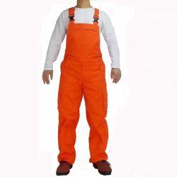 安全のために全体のワークスーツの仕事の衣服を紐で縛ってい