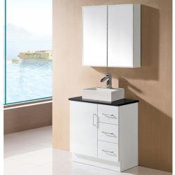 白いモダンなラッカーのバスルームには、鏡付きの化粧台が設置されている