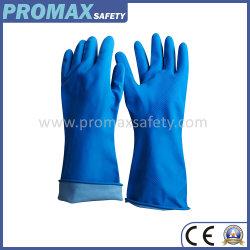 L'argent bordé de bleu des gants de caoutchouc de ménage