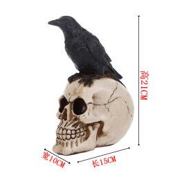 O Dia das Bruxas de penas de galinha preta realista que procuram o esqueleto do Dia das Bruxas Aves de decoração
