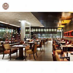 В современном ресторане отеля с деревянной мебели кресло и таблицы