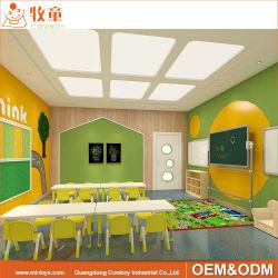 Kid ensemble en classe de matériel et de la solution de conception