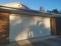 Neue Art-obenliegende Schnittgarage-Tür mit transparentem Fenster für Landhaus