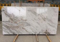 構築のための磨かれた自然な石造りの白かブラウンまたは灰色またはベージュか黄色の大理石の石造りのタイルまたは平板かフロアーリングまたは築壁またはタイルまたはカウンタートップ