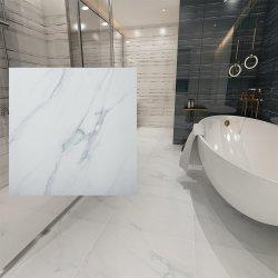 غرفة دبي Noble Hotel Floor Weight تضم حمامًا باللون الأبيض من البلاط Carrara