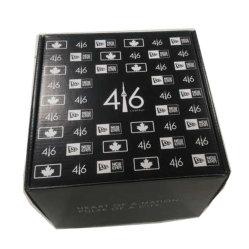Große Geschenkschachtel im kanadischen Stil in Schwarz-Weiß-Design