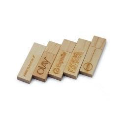 Personalizar el material de madera natural de la unidad Flash USB.