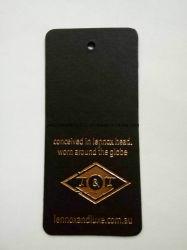 金ホイルが付いている黒いカードは品質表示票を設計する