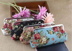 流行の先端を行く女性はファブリッククラッチの財布を個人化した