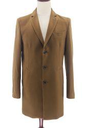 人の常連のキルトにされたライニングが付いている適当な冬のコートの長いオーバーコート