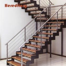 木製の手すりとの屋内ステンレス鋼の棒の柵のステアケースデザイン
