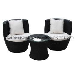 庭の屋外の家具の藤の椅子および茶表