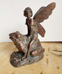 그림 Resin Statue an Angel Frog의 등에 앉아 있는 천사