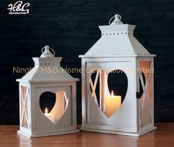 Сердце вырезать белого дерева при свечах фонарем свадьбы фонари