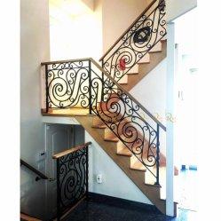 Современные декоративные предметы антиквариата из кованого железа на открытом воздухе крыльцом лестницы ограждения