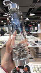 적은 수정같은 돌을%s 가진 투명한 수정같은 컵